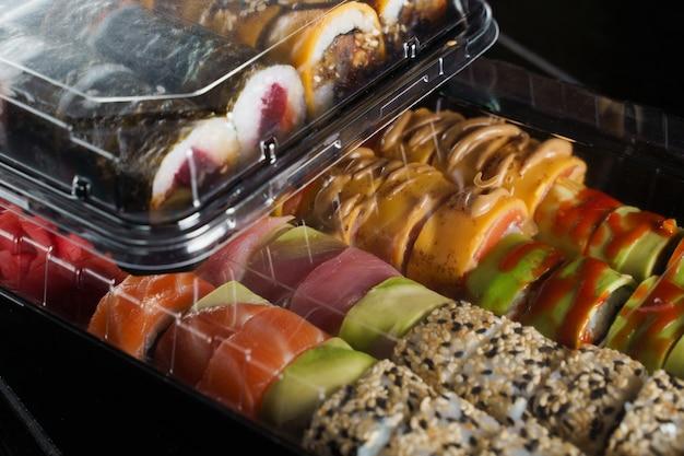 Serviço de entrega de comida sushi roll
