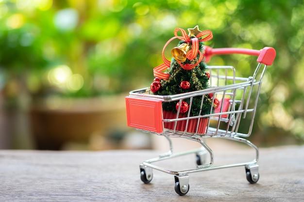 Serviço de entrega de compras on-line e sacos de compras árvore de natal em miniatura