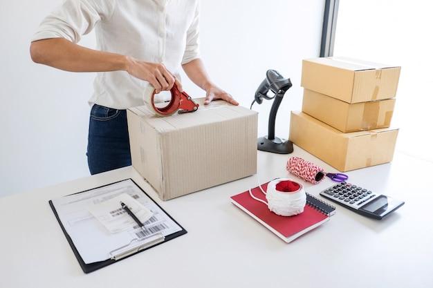 Serviço de entrega do proprietário da empresa de pequeno porte e caixa de embalagem de trabalho