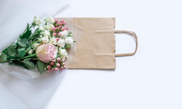 Serviço de entrega embalagem saco caixa flovers rosa fundo branco transporte do presente
