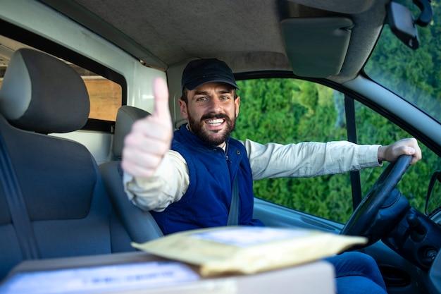 Serviço de entrega rápida e entregador profissional em sua van segurando os polegares para cima.