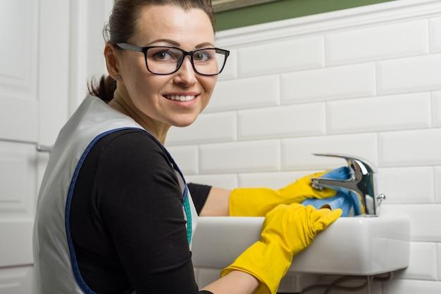 Serviço de limpeza no banheiro