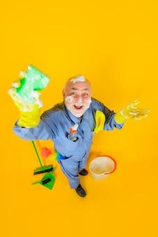 Serviço de limpeza serviço doméstico limpeza profissional homem sorridente de uniforme com limpeza