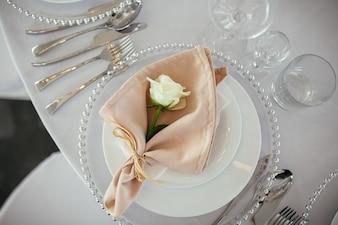 Serviço de mesa de casamento. Decoração do casamento.