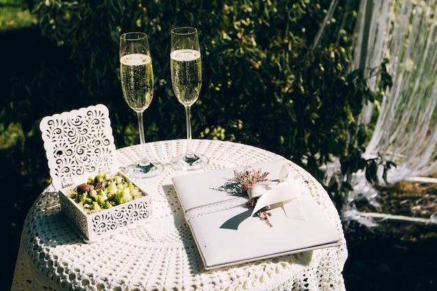 Serviço de mesa de casamento. pratos, copos e flores servidos em pano rosa