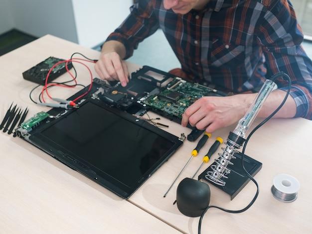 Serviço de reparo de manutenção de laptop. solução de problemas. eletrônica de tecnologia