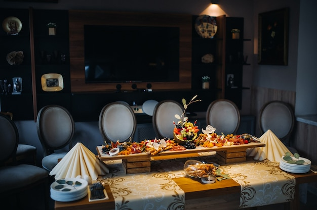 Serviço de restaurante. mesa de restaurante com comida no evento. refeições na mesa.