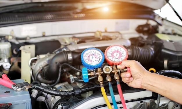 Serviço de verificação de ar condicionado do carro, detecção de vazamento, enchimento de refrigerante. dispositivo e medição de resfriamento de líquido no carro por técnicos especializados.