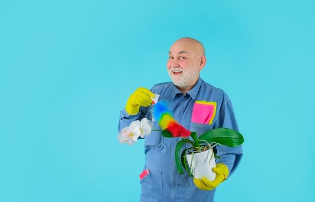 Serviço doméstico, limpeza profissional, serviço de limpeza, homem sorridente de uniforme com limpeza