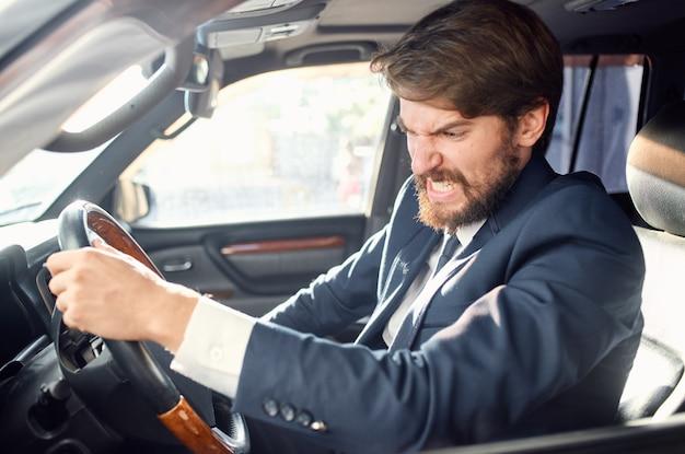 Serviço rodoviário oficial de motorista de homem barbudo
