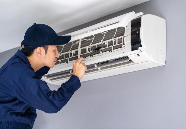 Serviço técnico usando escova para limpar o ar condicionado