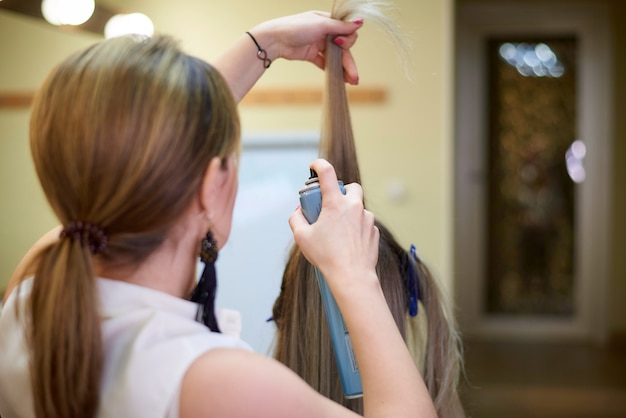 Serviços de cabeleireiro. processo de estilo de cabelo em um salão de beleza.