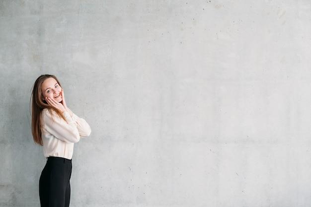 Serviços de marketing empresarial. mulher jovem animada com as mãos tocando as bochechas.