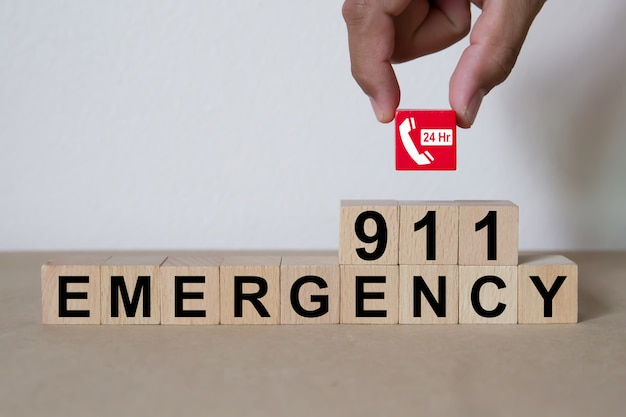 Serviços de número de emergência 911 em bloco de madeira