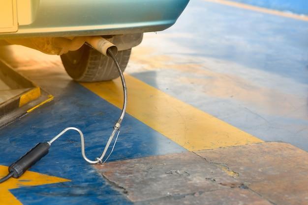 Serviços de reparação de automóveis com detector de fumaça preto