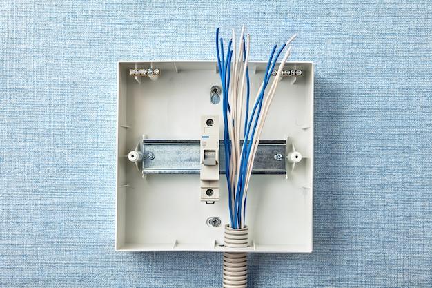 Serviços elétricos para atualizações de quadro de fusíveis elétricos.