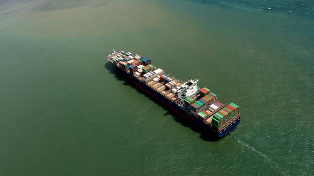 Serviços empresariais e logísticos de exportação e importação de navios porta-contêineres. expedição de carga para transporte portuário internacional. vista aérea Foto Premium