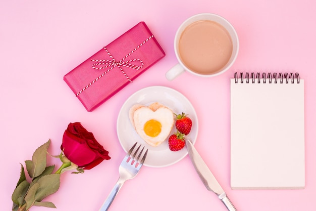 Servido café da manhã romântico com rosa e presente