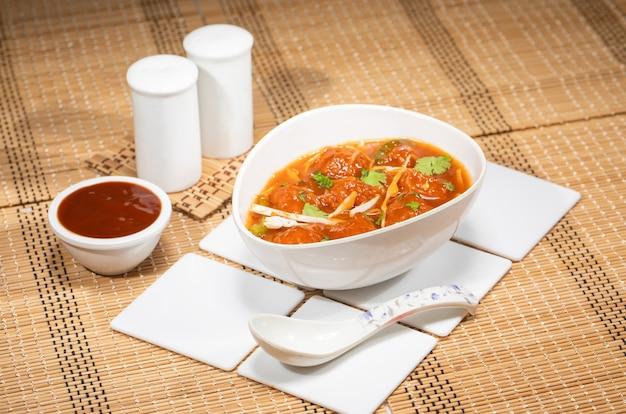 Servido em prato com molho de soja e cebolinha