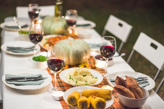 Servido mesa com comida
