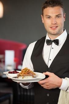 Servidor bonito servindo prato de pato apetitoso