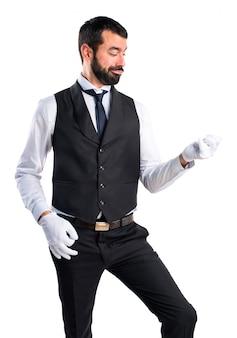 Servidor de luxo fazendo gesto de guitarra