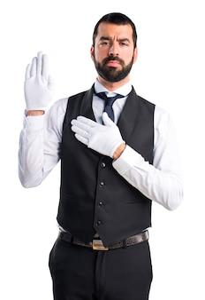 Servidor de luxo fazendo juramento