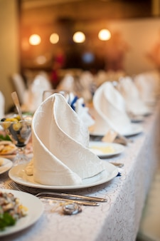 Servindo a mesa de casamento em comemoração