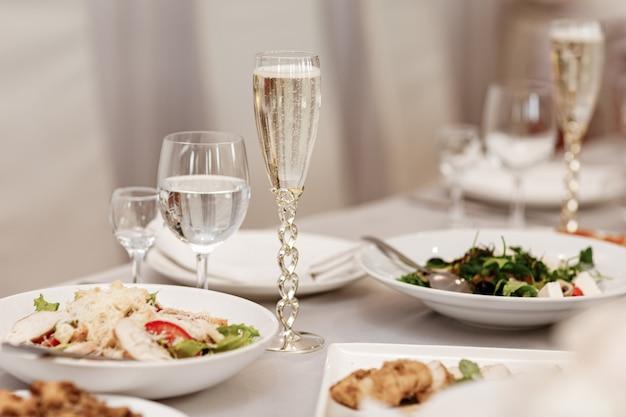 Servindo a mesa de uma variedade de deliciosa comida festiva e vinho preparado para festa ou casamento. foco seletivo.