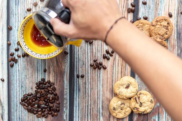 Servindo delicioso café americano com biscoitos