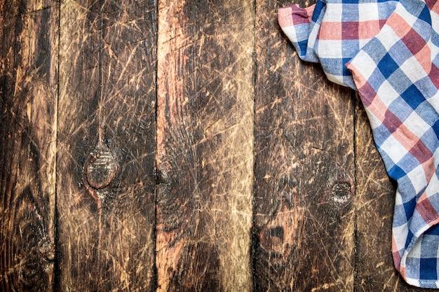 Servindo fundo. guardanapo em tecido. em uma mesa de madeira.