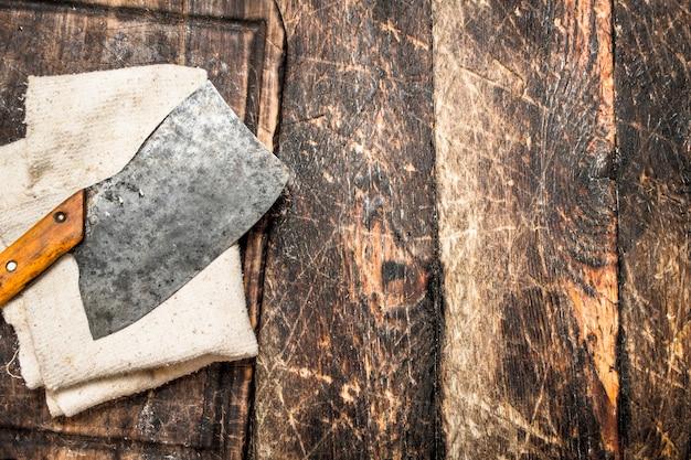 Servindo fundo. velho machado em uma tábua de cortar. em uma mesa de madeira.