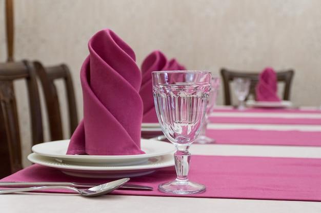 Servindo mesa de banquete em um restaurante luxuoso em estilo rosa e branco