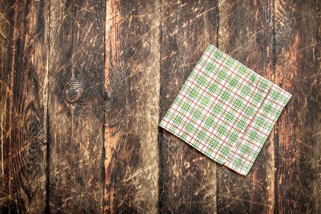 Servindo mesa. guardanapo em tecido. em uma mesa de madeira.