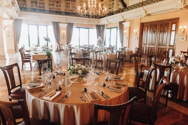 Servindo mesas para casamento em restaurante antigo