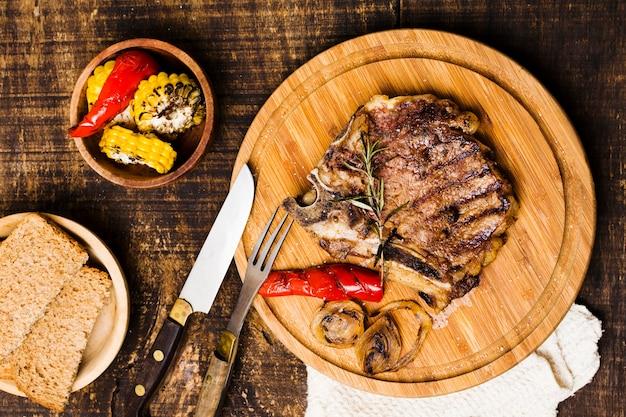 Servindo rústico de jantar com bife