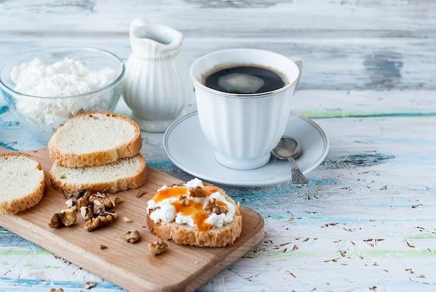 Servindo sanduíches de café da manhã com ricota, nozes e mel