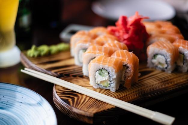 Servindo sushi em um café