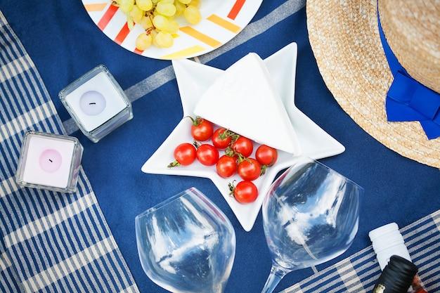 Servindo um piquenique de verão em estilo francês