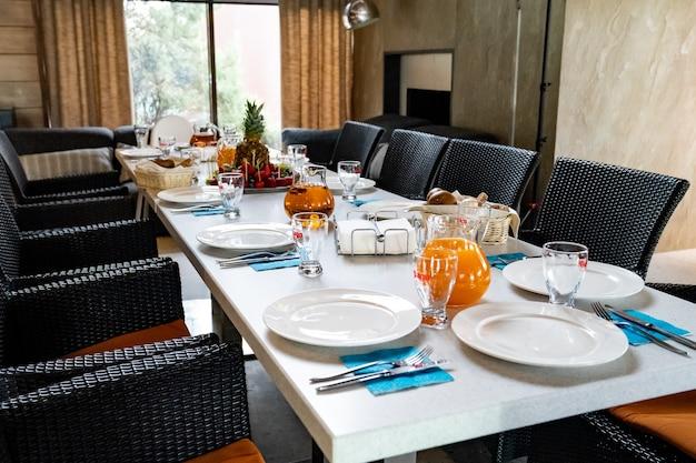 Servindo uma mesa de banquete em um restaurante ou em casa durante as férias. catering e serviço de casamentos e aniversários.