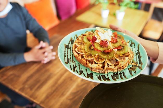 Servindo waffle delisious