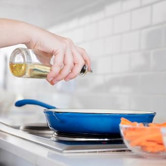 Servir óleo na frigideira