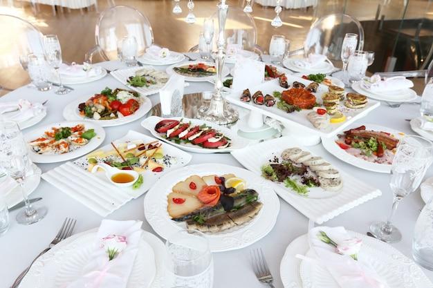 Serviu a mesa de banquete com pratos no restaurante