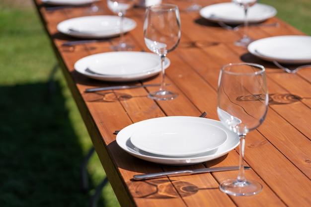 Serviu mesa de madeira sem uma toalha de mesa. café no parque ao ar livre