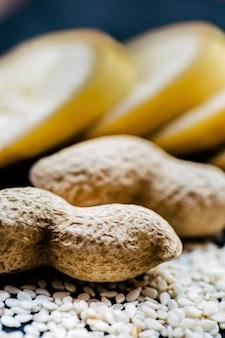 Sésamo, amendoim, banana cortada deitados na mesa
