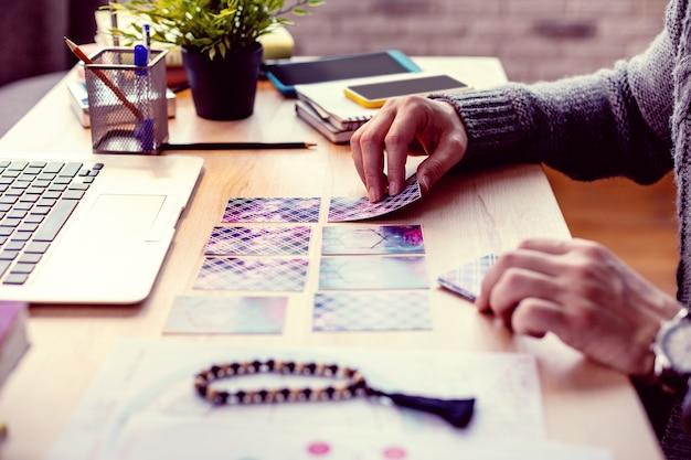 Sessão de adivinhação. close das cartas de tarô na mesa durante a sessão de leitura da sorte