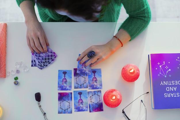 Sessão de adivinhação da sorte. vista superior das cartas de tarô em uso ao prever o futuro