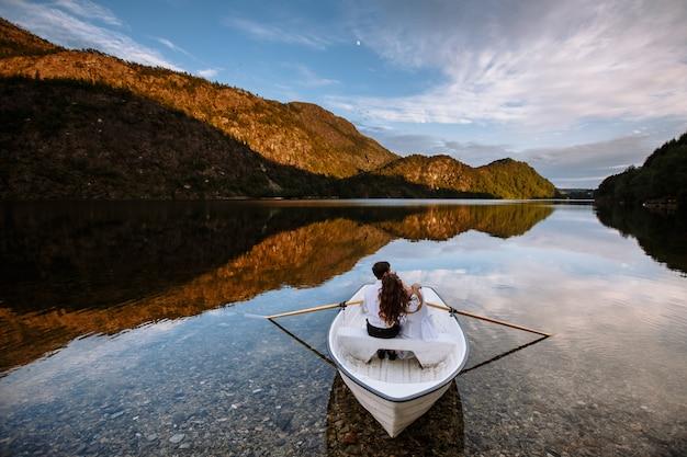 Sessão de casal casamento abraçando em um barco no lago
