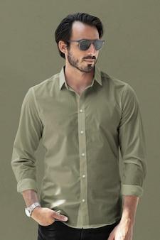 Sessão de estúdio de roupas de moda masculina básica de camisas verdes