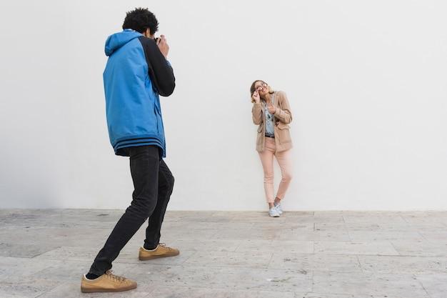 Sessão de fotos com o modelo e o homem